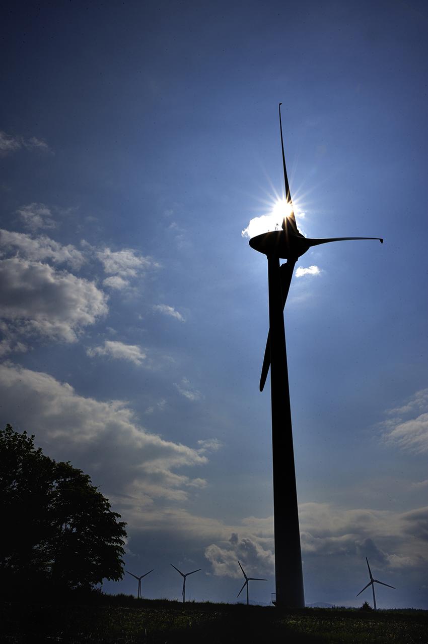 ⑥:冠を頂く高原の風車 若林 茂敬 撮影場所:福島県郡山市 布引高原