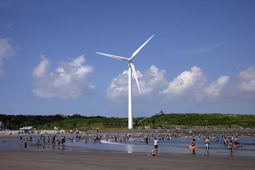 ②:海水浴場と風車
