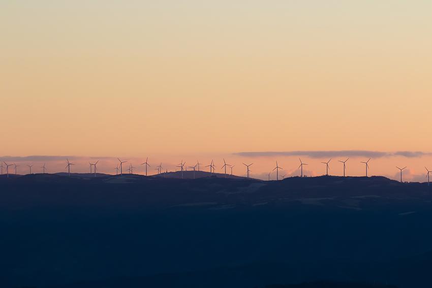 ⑪:朝焼けに包まれた風車の森 高柳 茂暢 撮影場所:岩毛点釜石市