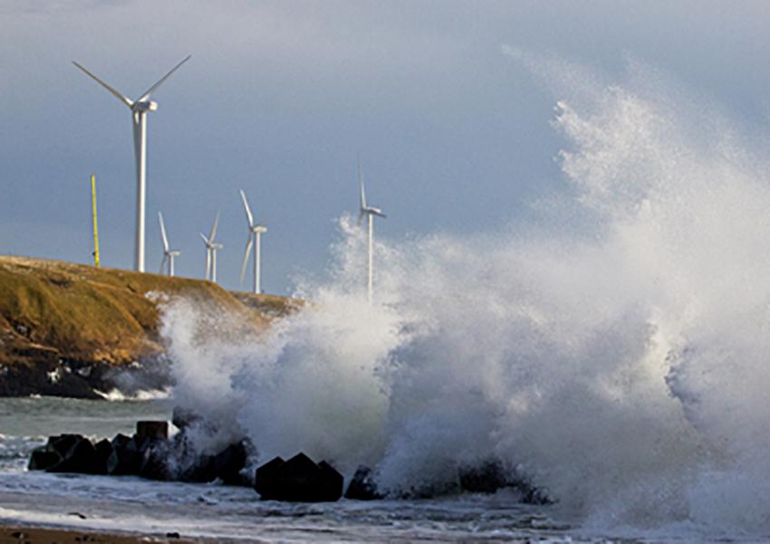 ⑪:荒波と風車 佐藤 正一 撮影場所:北海道根室市落石