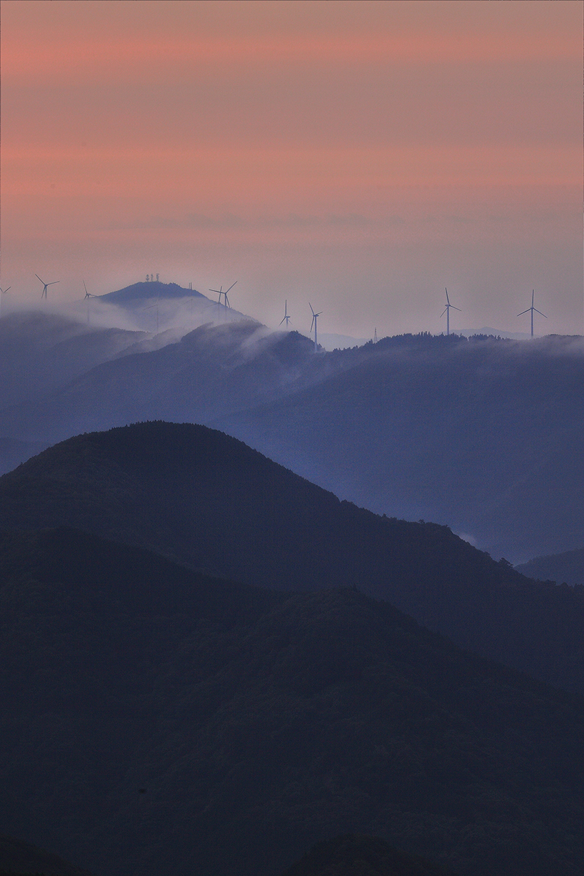 ⑧:朝霧の稜線 石川 賢一 撮影場所:高知県津野町風の里公園