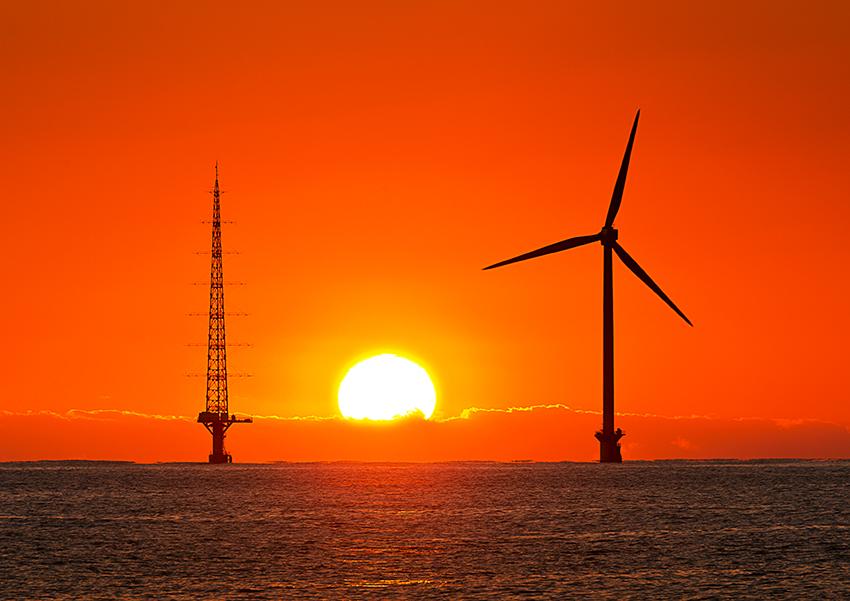 ⑫:風車と夕陽 伊東 邦夫 撮影場所:千葉県銚子市外川町