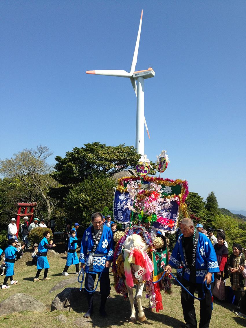 ②:風車で踊る馬 曽山 光治 撮影場所:鹿児島市宮之浦町