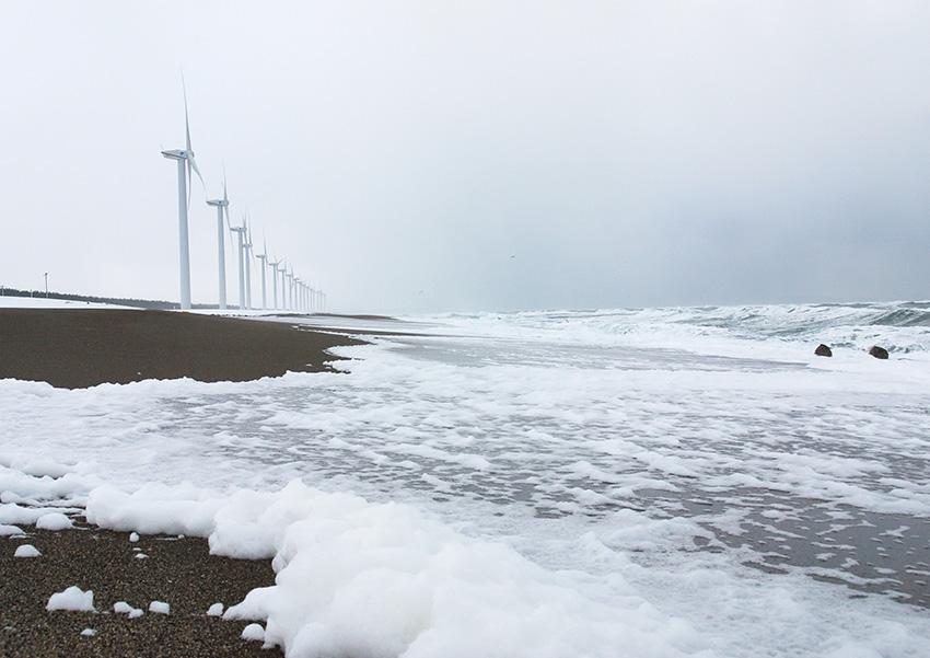 ⑤:波の華 咲く 山内 崇司 撮影場所:秋田県三種町